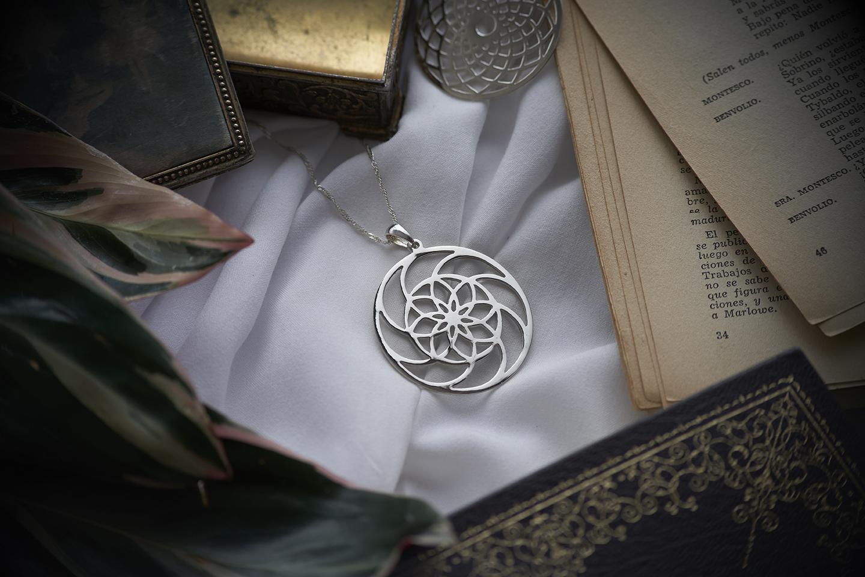 joya de plata forma de mandala en colomb ia