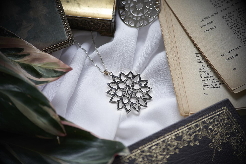 joya de plata forma de mandala